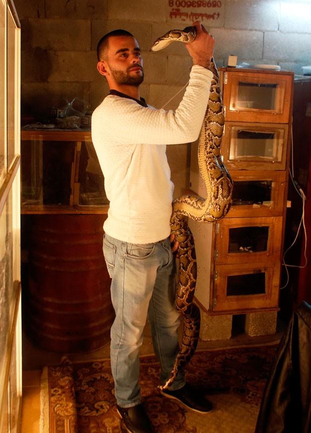 Omar Ibrahim mantém mais de 40 cobras exóticas em sua casa (Crédito: Ahmad Gharabli/AFP)