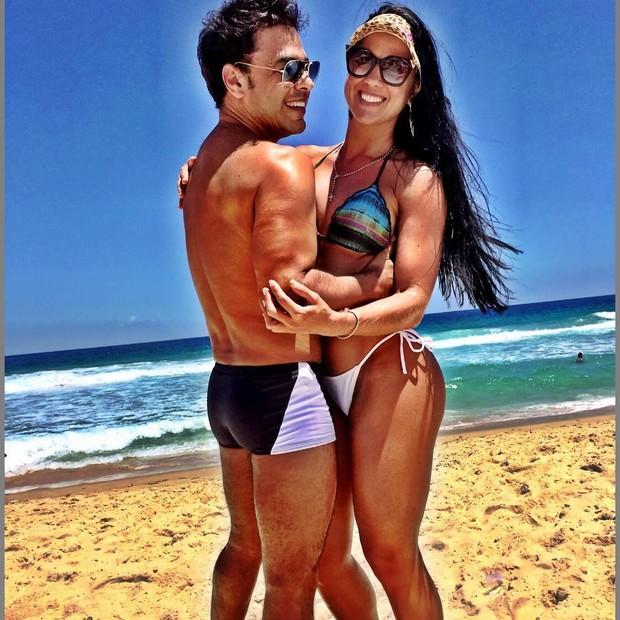 Zezé Di Camargo com namorada em praia (Crédito: Reprodução/ Instagram)