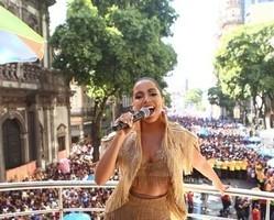 'Nunca cantei para tantas pessoas', diz Anitta ao comandar um bloco