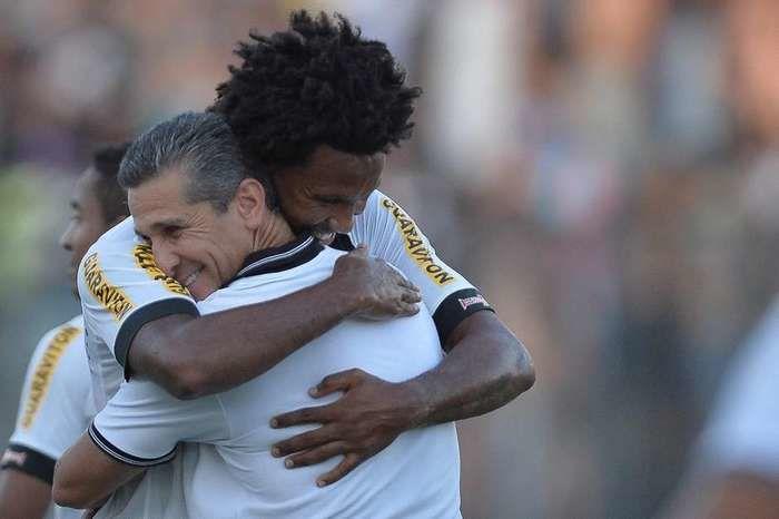 Abraço emocionado de Rafael Vaz e Jorginho  (Crédito: Pedro Martins/Agif / Gazeta Press)