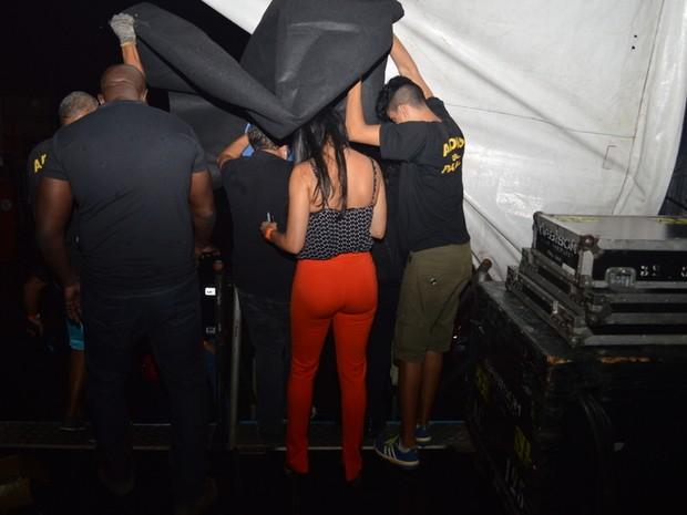Seguranças tentam esconder Leticia em bastidores de Show (Crédito: Reprodução)
