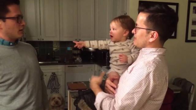 Bebê confunde tio com pai  (Crédito: Reprodução)