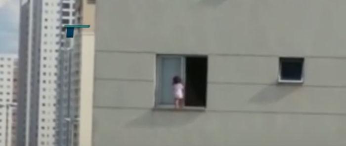 Bebê é flagradando andando em parapeito de janela de 3º  andar (Crédito: Reprodução)