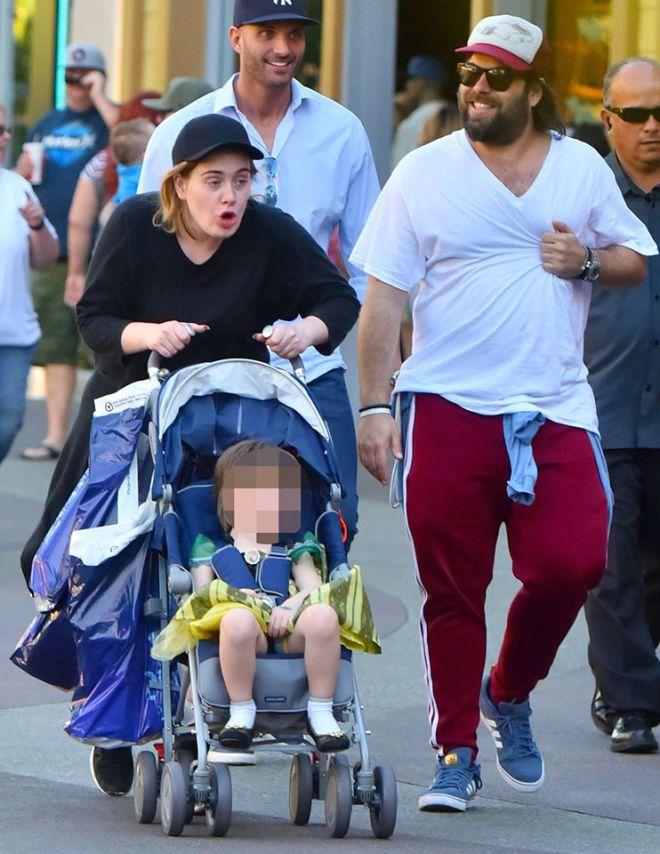 Adele passeia com o filho vestido de princesa na Disney (Crédito: Reprodução)