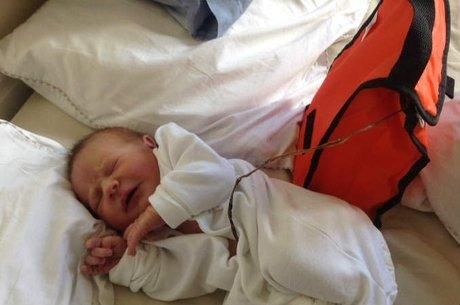 Recém-nascido fica seis dias preso a placenta (Crédito: Reprodução)