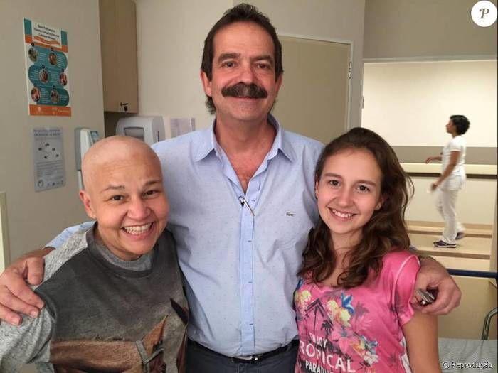 Atriz posa ao lado da filha, Iza, e seu médico (Crédito: Reprodução)