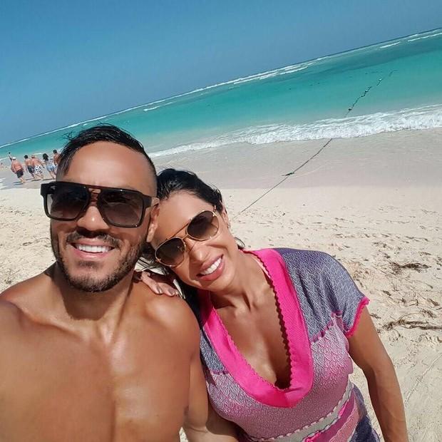 Belo e Gracyanne Barbosa curtindo praia (Crédito: Reprodução/Instagram)