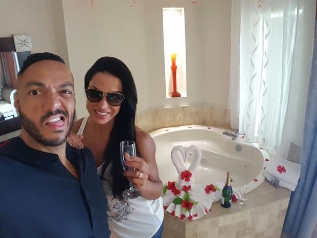 Belo e Gracyanne mostram hidromassagem e garrafa de champanhe em seu quarto (Crédito: Reprodução/Instagram)