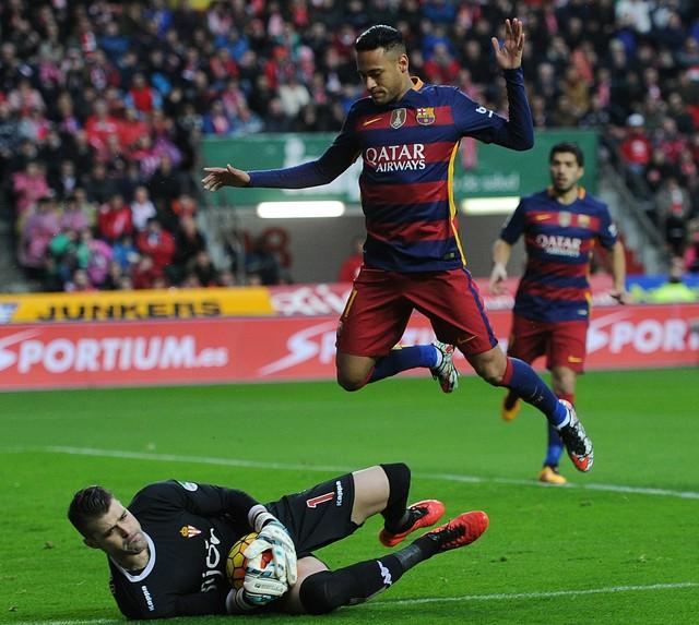Neymar disputa a jogada com goleiro