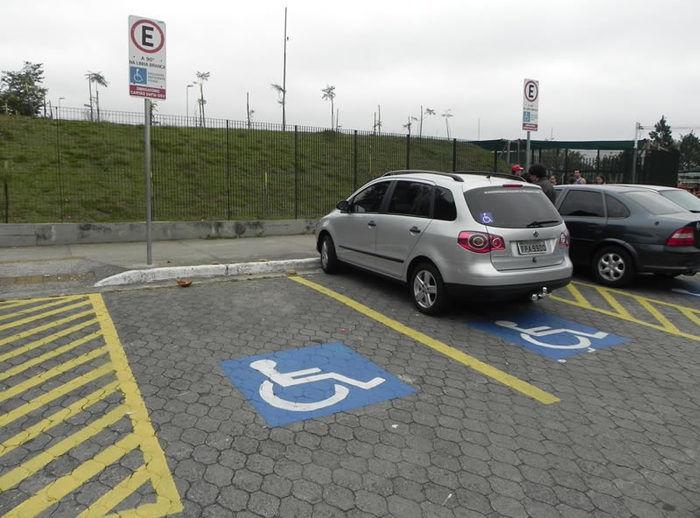 2% do total de vagas de estacionamento dos municípios devem ser destinadas a pessoas com deficiência