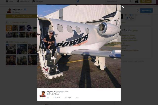 Neymar a bordo do seu jatinho de R$ 12 milhões