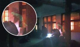 Suposto fantasma é fotografado pairando sobre homem em biblioteca