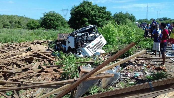 Caminhão ficou destruído após o forte impacto