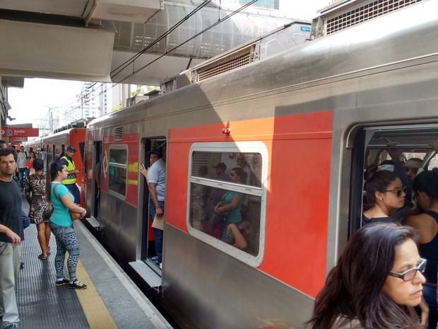 Trem cheio na Estação Berrini da CPTM