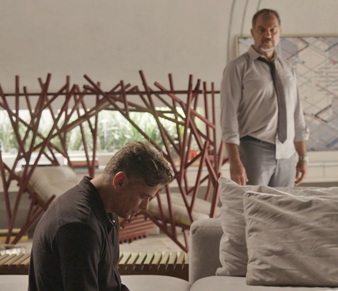 Arthur vai até a casa de Carolina e encontra Germano (Crédito: Reprodução)
