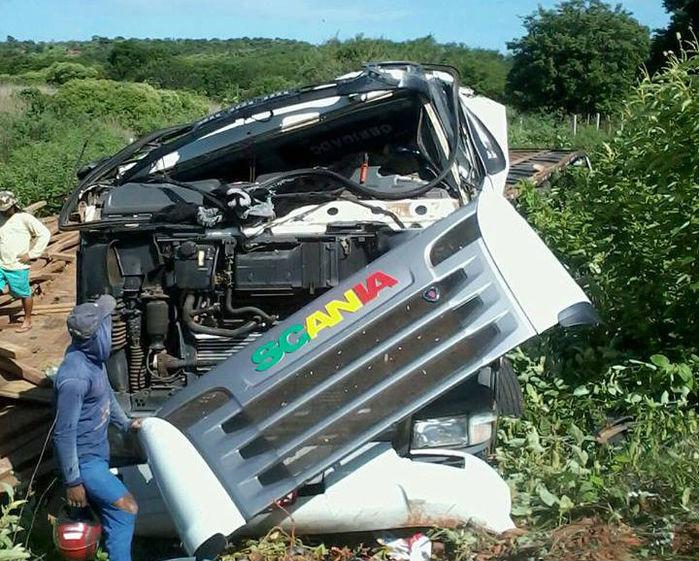 Caminhão ficou praticamente destruído
