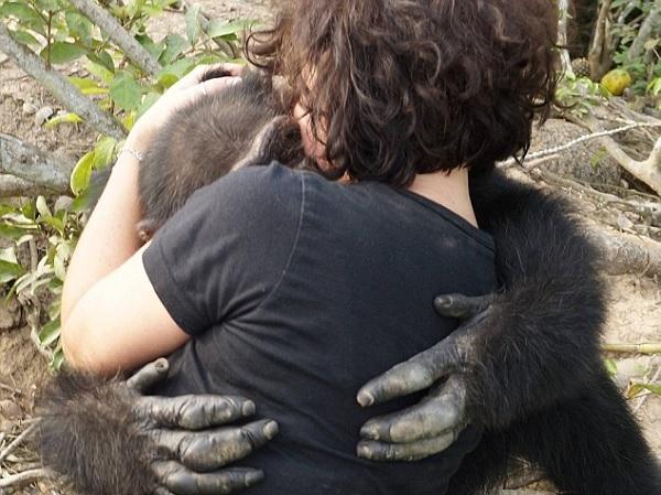 Animal abraçou ativista que foi visitá-lo (Crédito: Reprodução)