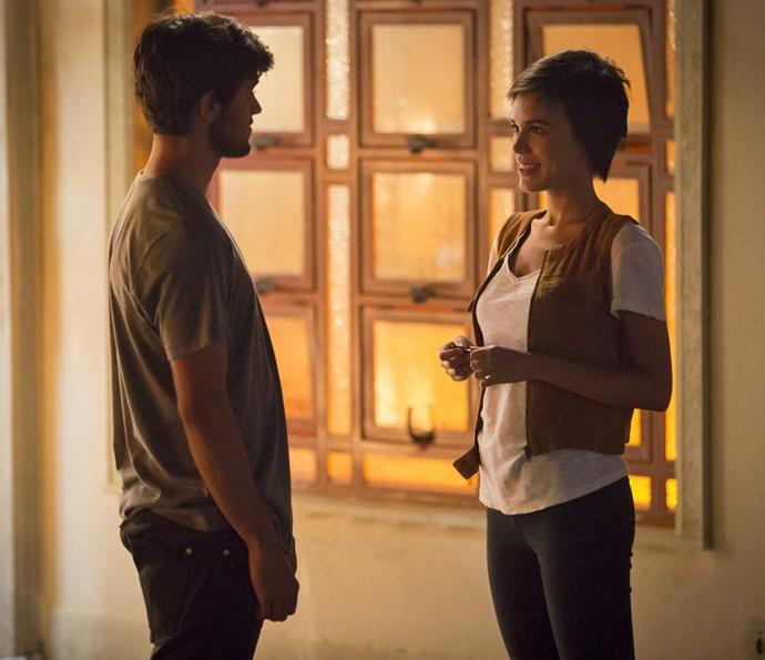 Leila convida Jonas para passar noite com ela em apartamento (Crédito: Gshow)