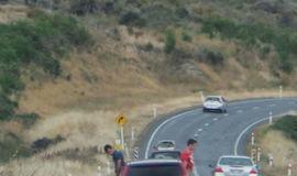 Homens são flagrados urinando pela janela em veículo a 100 km/h