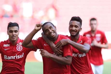 Jogadores do Inter comemorando a vitória