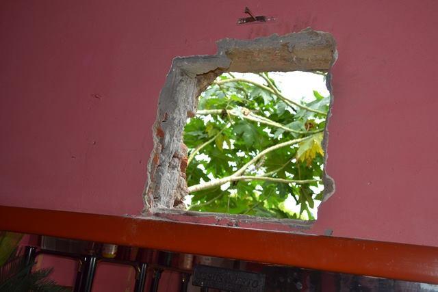 Bandidos fizeram buraco na parede