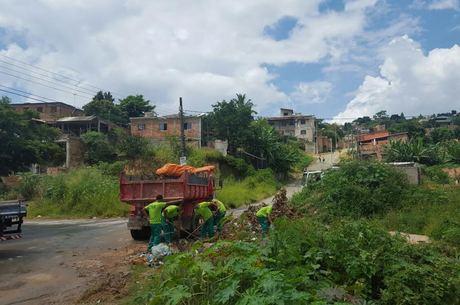 Em Ribeirão das Neves, detentos estão trabalhando na limpeza de algumas ruas das regiões com mais casos de dengue (Crédito: Reprodução)