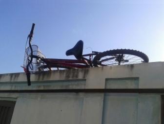 Bicicleta encontrada em cima de muro (Crédito: Reprodução)