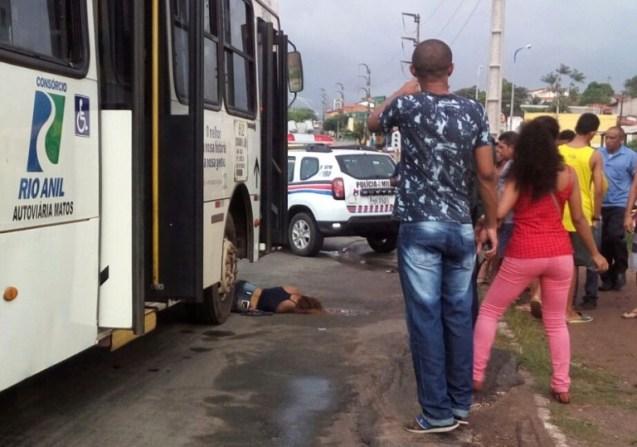 Mulher é atropelada por ônibus (Crédito: Divulgação)