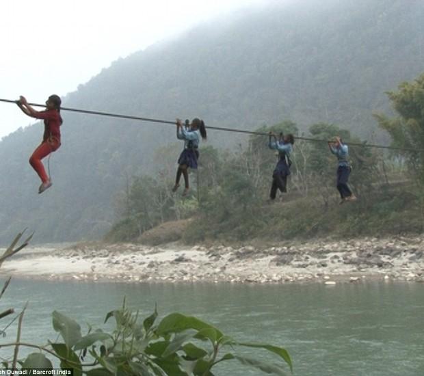 Crianças arriscam suas vidas para ir à escola no Nepal (Crédito: Reproduçãp)