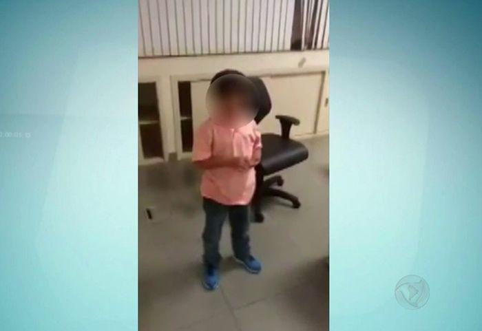 Menino chorou para não ir morar com o pai (Crédito: Reprodução)