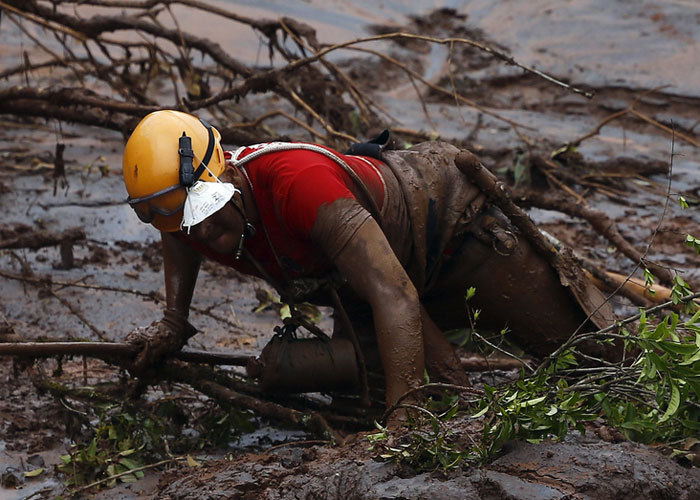 Bombeiros trabalham na busca por vítimas (Crédito: AP)