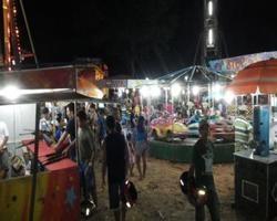 Parque de diversões anima noite de crianças e adultos