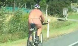 Ciclista pedala usando  fio dental e deixa motoristas chocados