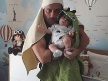 Alexandre Nero posta foto bem humorada com o filho no colo