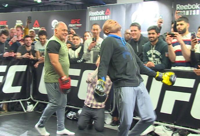 Lutador fez pose e dançou para fotógrafos (Crédito: Reprodução)
