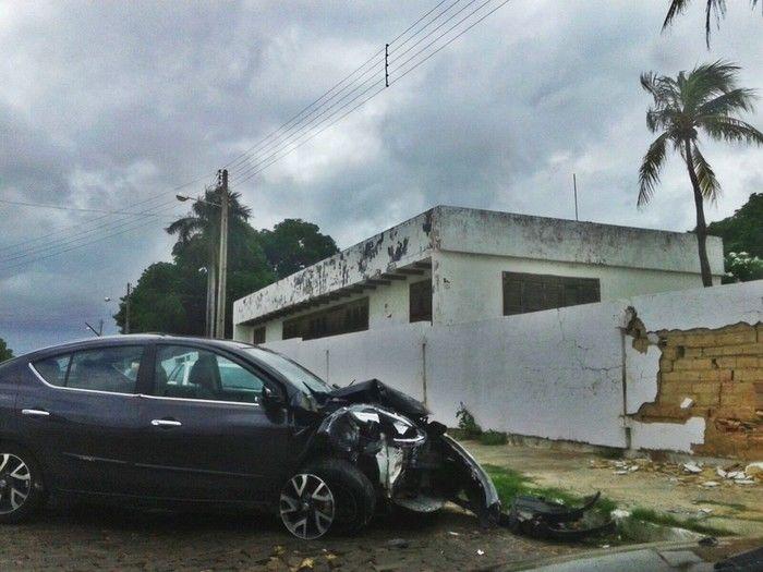 Veículo bateu em muro (Crédito: Reprodução)