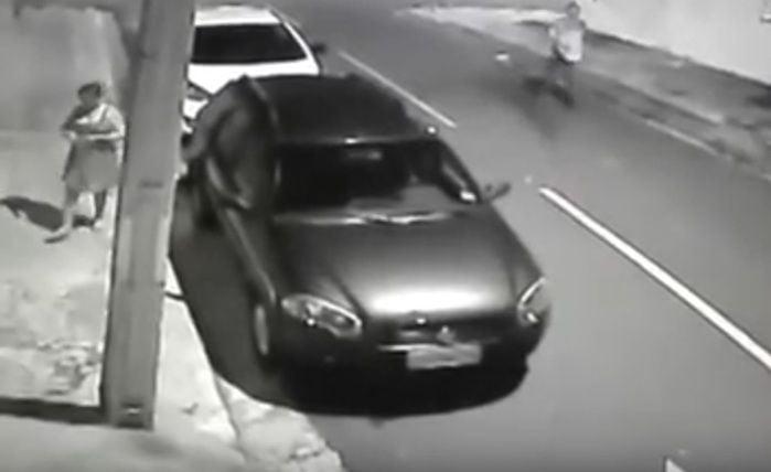 Mulher teve carro tomado de assalto  (Crédito: Reprodução)
