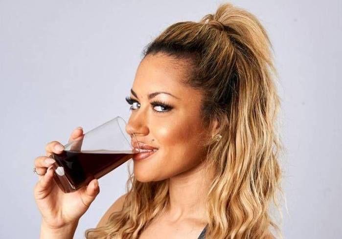 Jovem bebe pelo menos um copo de vinagre por dia