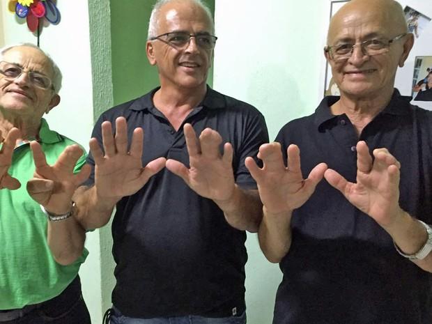 """Família que tem 20 pessoas com dedos """"colados"""" chama atenção na web (Crédito: Reprodução)"""
