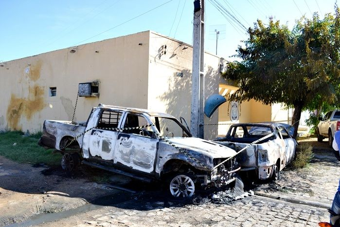 Camionete Mitsubishi L200  ficou destruída