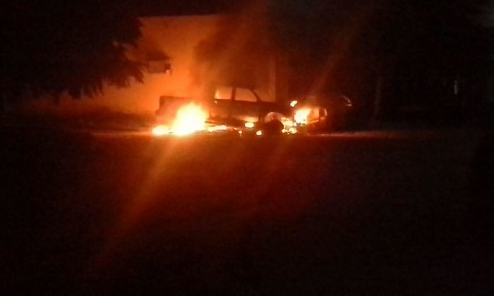 Veículo em chamas em frente à Delegacia de Jaicós