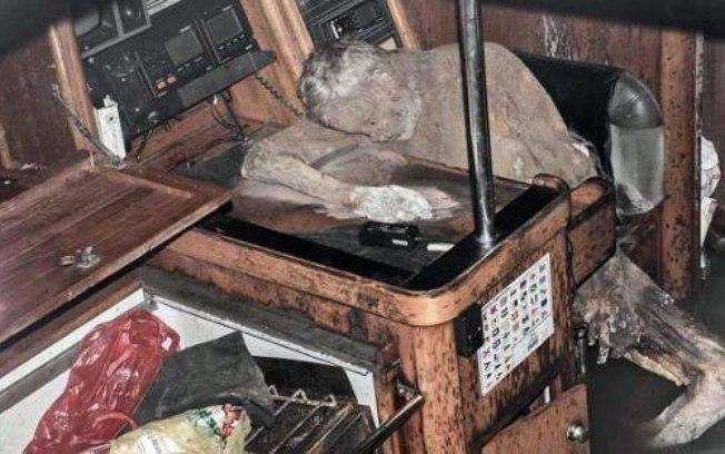 Corpo do homem estava debruçado em uma mesa