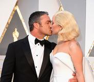 Lady Gaga troca beijo com Taylor Kinney no tapete vermelho do Oscar