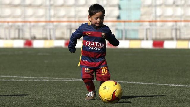Menino ganhou uniforme oficial do Barcelona (Crédito: Reprodução)