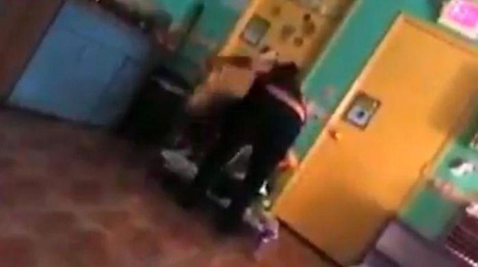 A mulher foi gravada por câmeras de segurança (Crédito: Reprodução)