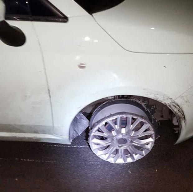 Motorista bêbada foi presa ao ser flagrada dirigindo sem um dos pneus (Crédito: Reprodução)
