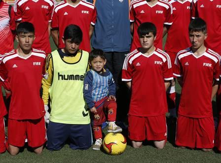 Garoto conheceu os jogadores do Afeganistão (Crédito: Reprodução)