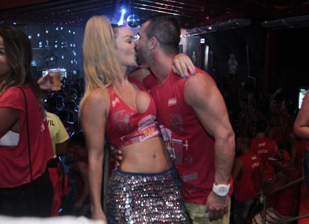 Laura Keller deixa seio 'escapar' durante beijos quentes  (Crédito: Divulgação)