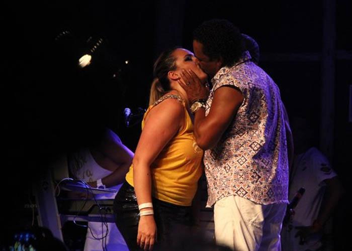 Compadre Washington beija fã no palco