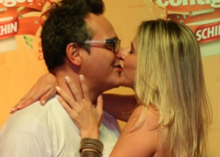 Danton Mello deu um beijão na mulher em um dos camarotes em Salvador